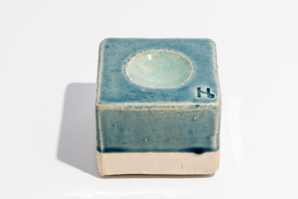 Udsmykningssten 10x10x7 cm. Blank lys blå med vandspejl