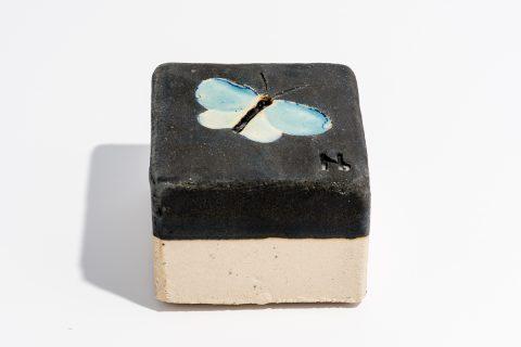 Udsmykningssten_10x10x7cm_blank lys blå_ med sommerfugl