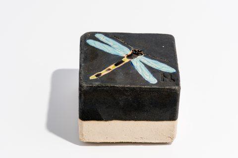 Udsmykningssten_ 10x10x7cm._Sort_ med lys blå guldsmed