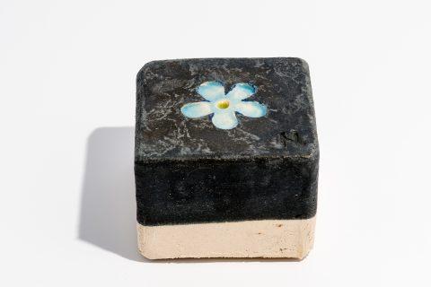 Udsmykningssten_ 10x10x7cm_Sort_ med lys blå blomst