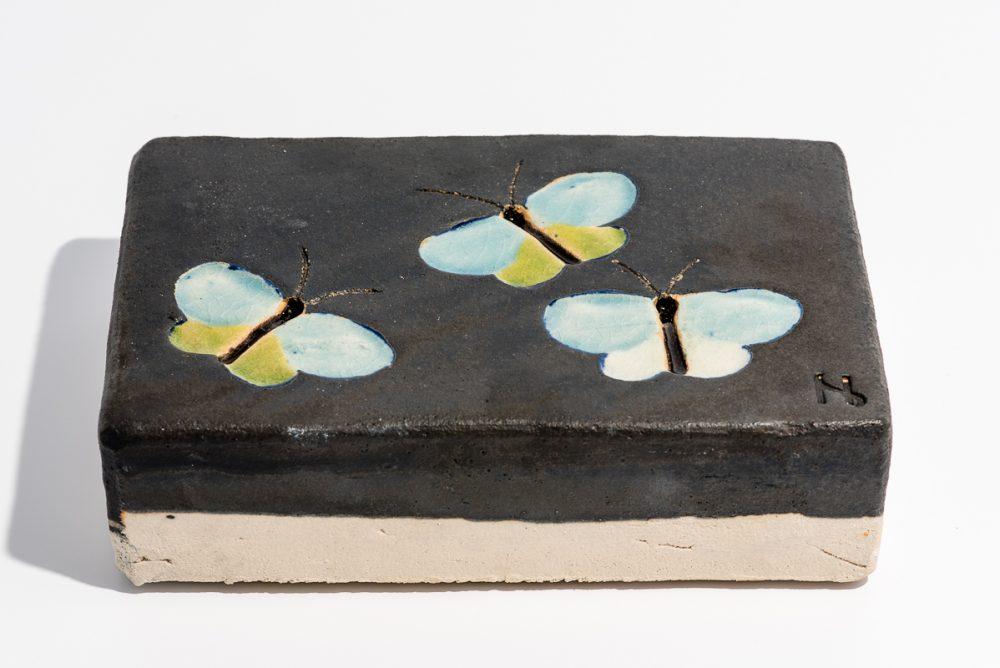 Udsmykningssten_ 14x21x5,5cm._ Sort_med sommerfugle_Limefarvede og lys blå
