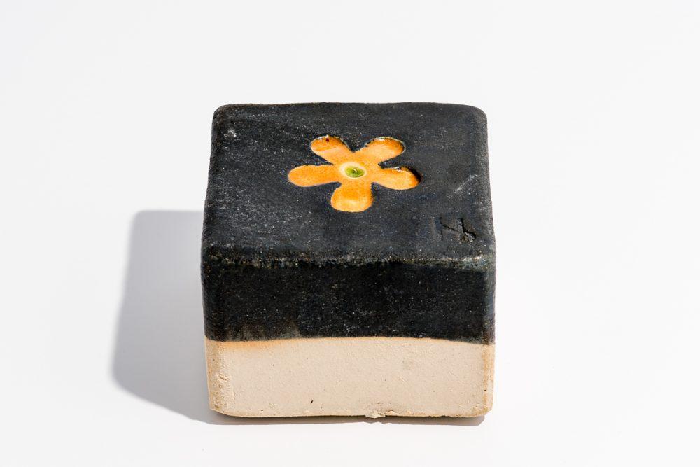Udsmykningssten_10x10x7cm_sort-gul blomst