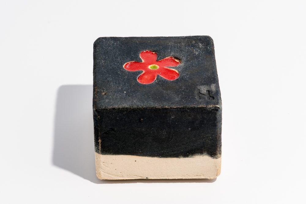 Udsmykningssten_10x10x7cm_sort_blomst_rød