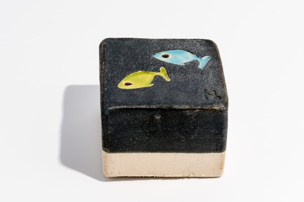 Udsmykningssten_10x10x7cm_sort_fisk_lys blå og lime