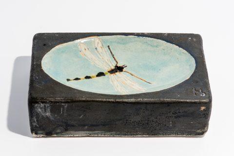 Udsmykningssten_14x21x5,5cm._Sort _med vandspejl og hvid guldsmed