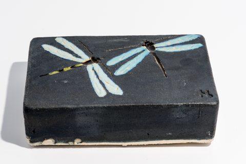 Udsmykningssten_14x21x5,5cm._Sort_ med lys blå guldsmede