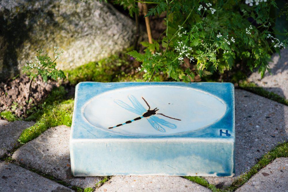 Udsmykningssten_14x21x5,5cm_blank lys blå_vandspejl_guldsmed