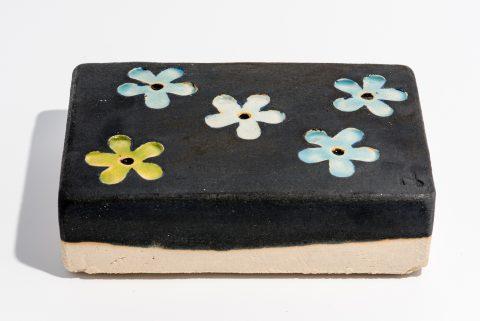 Udsmykningssten_14x21x5,5cm_sort_blomster_lys blå og limefarvede