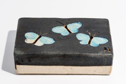 Udsmykningssten_14x21x5,5cm_sort_sommerfugle_lys blå