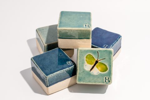 Udsmykningssten_5 stk i assorterede blå og grønne nuancer_10x10x7cm_heraf en med sommerfugl
