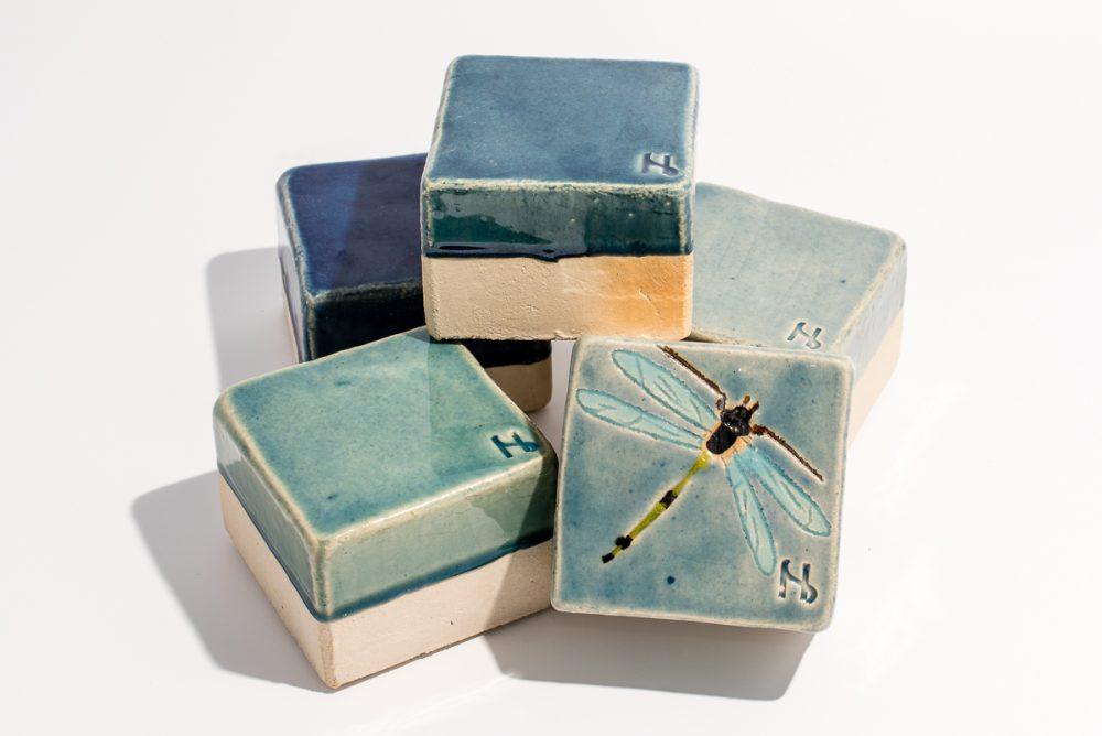 Udsmykningssten_5stk_10x10x7cm_ i assorterede blå:grønne nuancer_heraf en med guldsmed